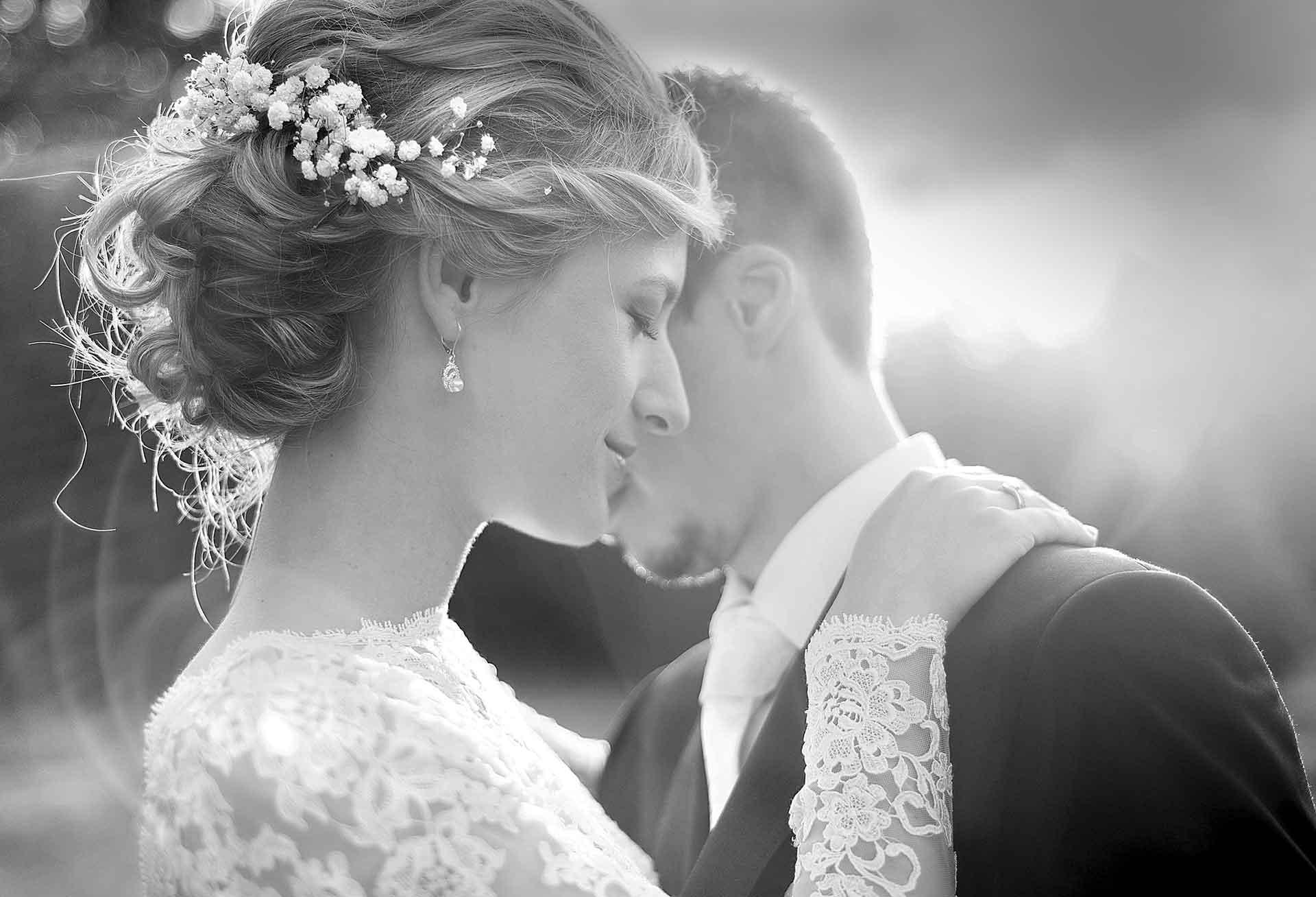 incrocio di sguardi romantici tra sposi
