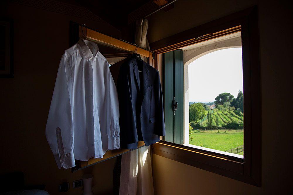 camicie appese alla finestra